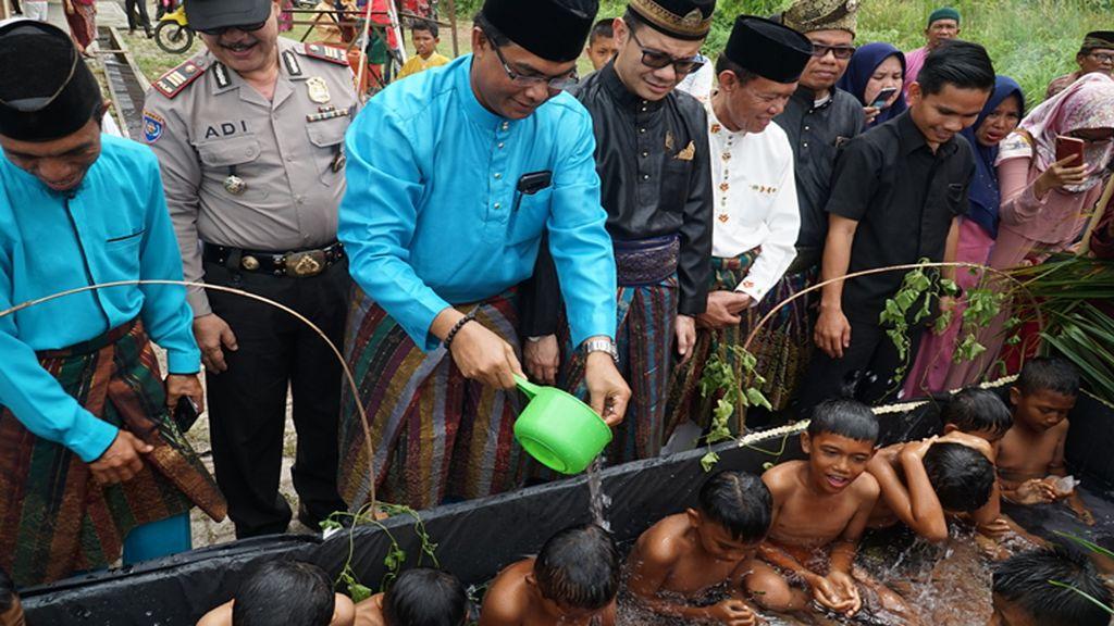 Sunat Mudim Khas Lingga, Pakai Bilah Bambu dan Ramuan Alami